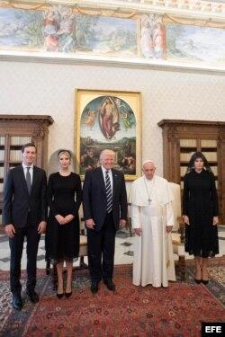 Donald Trump (c), se reúne con el papa Francisco (c-d) junto a su mujer, Melania (d), su hija Ivanka Trump (2i), y su yerno y asesor Jared Kushner (i).