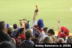 Aficionados cubanos respaldan a su equipo.