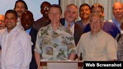 El Dr. Bernard Fialkoff (centro) acompañado de miembros del Club de Estudio Dental Fialkoff