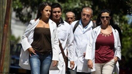 Un grupo de médicos por las afueras de un hospital de La Habana. Foto ARCHIVO.
