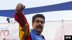 Maduro saluda durante marcha por el Día del Trabajo 1 de mayo. Dos dias después anuncia aumento de salarios.