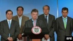 Fotografía cedida por la Presidencia de Colombia del mandatario Juan Manuel Santos (c)