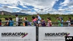 Venezolanos cruzan el puente internacional de San Antonio de Táchira hacia Cúcuta, Colombia.