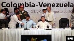Foto Archivo - El presidente de Colombia, Juan Manuel Santos (d), y Nicolás Maduro (i), 1 de agosto de 2014, en Cartagena (Colombia).