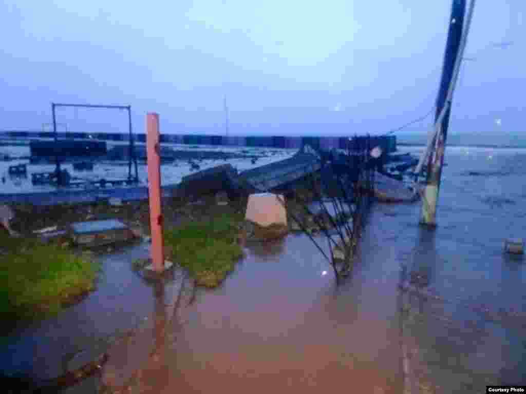 Zona afectada por las penetraciones del mar en el Malecón de Baracoa. Foto tomada del Facebook de Radio Baracoa.