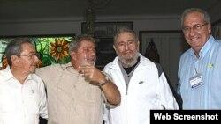 Encuentro en Punto Cero de Lula da Silva con el exdictador cubano Fidel Castro. Ese mismo día el brasileño había visitado junto a Raúl Castro las obras del Mariel antes de un almuerzo. Junto a ellos, Franklin Martins, jefe de Comunicación de Lula.