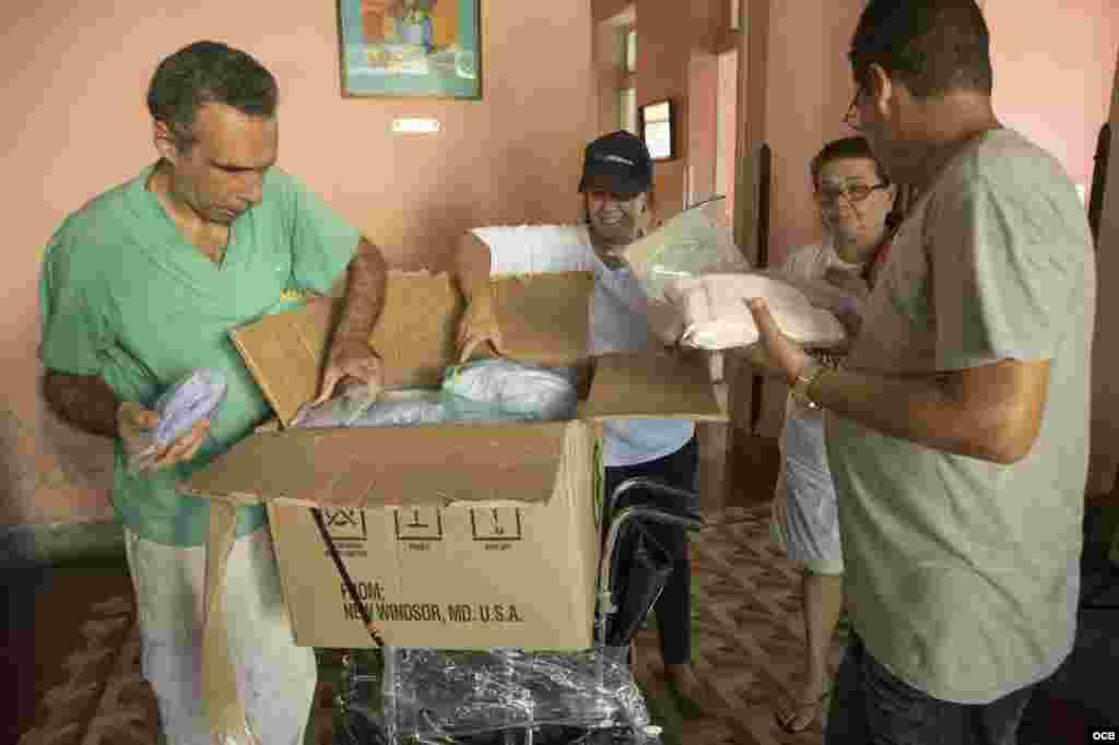Entregando las donaciones en Cuba.