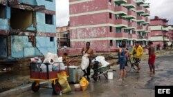 Cubanos se recuperan hoy, miércoles 5 de octubre de 2016, de los destrozos y estragos causados por el paso del huracán Matthew en Baracoa, provincia de Guantánamo (Cuba). El huracán Matthew dejó a su paso por Cuba graves destrozos en el extremo oriental
