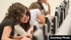 Dos estudiantes universitarias trabajan frente a una computadora. Foto: Univ. Navarra
