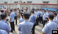 Policías vigilan una manifestación cerca del Tribunal Intermedio de Jinan en China hoy, jueves 22 de agosto de 2013, donde se lleva a cabo el juicio contra el expolítico chino Bo Xilai.