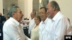 El rey Juan Carlos de España (d) junto a el secretario general de las Naciones Unidas, Ban Ki-moon (c-d), la presidenta de Chile, Michelle Bachelet (3d) y el presidente de Cuba, Raúl Castro (i) en Cartagena (Colombia) .