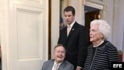 El ex presidente estadounidense George H.W. Bush y la ex primera dama Barbara Bush asisten a un acto en la Casa Blanca en mayo de 2012.