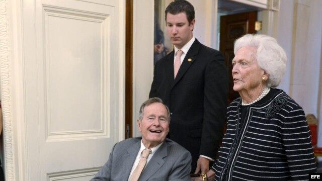 Foto de archivo: Bush padre y su esposa Barbara asisten a un acto en la Casa Blanca en mayo de 2012