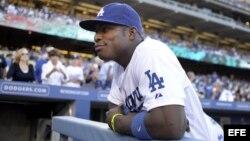 El jugador Yasiel Puig de los Dodgers de Los Ángeles espera previo al inicio del juego de la MLB disputado ante los Yanquis de Nueva York.