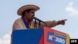 El presidente encargado de Venezuela y candidato a la presidencia del país, Nicolás Maduro, participa en un acto de su campaña, en San Carlos (Venezuela) hoy, jueves 4 de abril del 2013