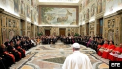 Imagen cedida por el periódico L'Osservatore Romano el 30 de septiembre del 2013 del papa Francisco durante la reunión Internacional por la Paz, en Ciudad del Vaticano.