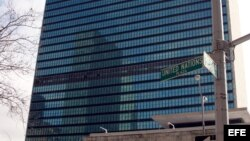 Exiliados cubanos protestan frente a la Misión Diplomática de Cuba ante la ONU en Nueva York