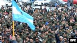 Cientos de agentes de Gendarmería se suman a la movilización que iniciaron el martes los guardacostas en protesta por la aplicación de un decreto de regularización salarial.