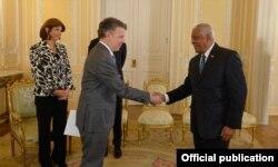El presidente de Colombia, Juan Manuel Santos, recibe al embajador cubano José Luis Ponce Caraballo (Luis Domínguez)