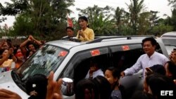 Suu Kyi saluda a sus partidarios