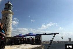 Un atleta salta desde la Fortaleza de los Tres Reyes del Morro hoy, jueves 08 de mayo de 2014.