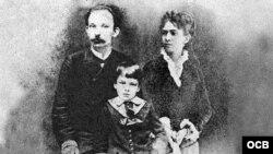 José Martí junto a Carmen Zayas y su hijo