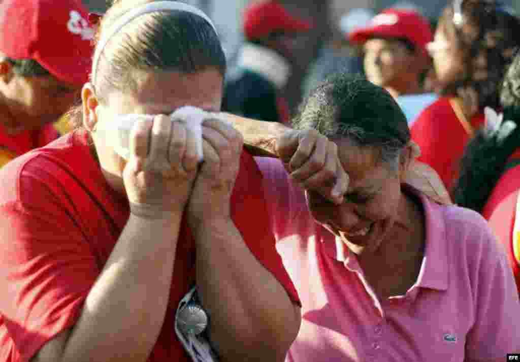Seguidores del presidente Hugo Chávez, lloran desconsolados.
