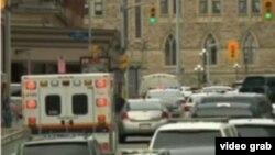Ambulancias y autos policiales rodean el parlamento en Ottawa, adonde ingresó un hombre armado tras disparar contra un soldado.