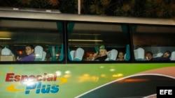 Los autobuses que transportan a 184 migrantes cubanos desde El Salvador hasta la frontera entre Guatemala y México parten del aeropuerto Oscar Arnulfo Romero.