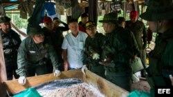 El ministro de defensa de Venezuela Vladimir Padrino López (i) y el gobernador del estado Zulia Francisco Arias Cárdenas (C) inspeccionan uno de los tres laboratorios de producción de cocaína desmantelados hoy, sábado 12 de diciembre de 2014.