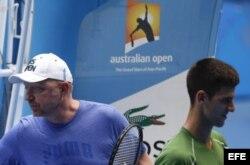 Novak Djokovic (d) reacciona ante su entrenador, Boris Becker (i).