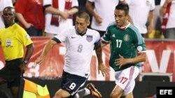 El jugador de México Jesús Zavala (d) disputa un balón con Clint Dempsey (c) de Estados Unidos.