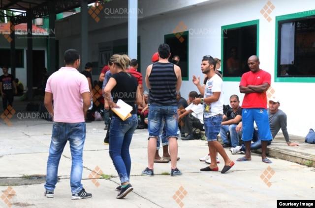 Unos 200 inmigrantes cubanos tuvieron que ser trasladados a una antigua prisión. (Foto Cortesía de la agencia de noticias en Quadrantín, Chiapas)