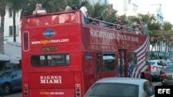 Foto de archivo. Turistas en Miami Beach, Florida.