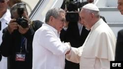 El papa Francisco se despide de Raúl Castro en el aeropuerto Antonio Maceo.