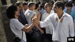 Archivo: El presidente de Ecuador, Rafael Correa (d), saluda a un grupo de turistas mientras recorre La Habana Vieja (Cuba).