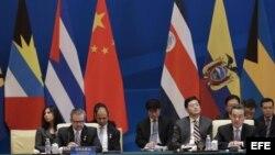 El ministro de Exteriores costarricense Manuel González Sanz (i), y su homólogo chino Wang Yi (d), en la primera reunión ministerial del foro China-CELAC, en Pekín.