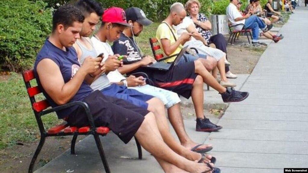 En un parque de Santa Clara usan celulares.