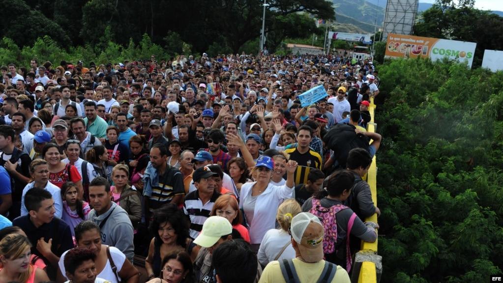 Venezolanos cruzan la frontera con Colombia para comprar víveres, artículos de primera necesidad y medicamentos. (Archivo)
