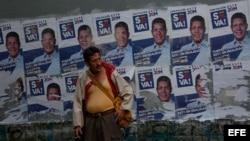 Un votante espera de la apertura de los centros electorales para las elecciones presidenciales en Caracas.