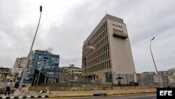 """EEUU ordenó retirar a """"más de la mitad"""" del personal de su embajada en Cuba."""