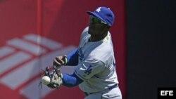 Yasiel Puig de Dodgers suelta una bola bateada por Brandon Hicks de Gigantes.