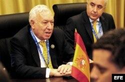 El ministro de Relaciones Exteriores de España, José Manuel García Margallo (i).