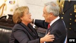 La mandataria chilena Michelle Bachelet junto a su antecesor Sebastián Piñera, en marzo de 2014.
