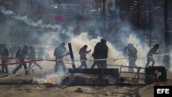 Un grupo de manifestantes se defiende de la policía durante una protesta (Archivo)