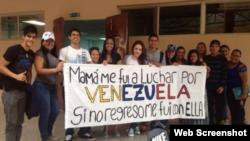 """Jóvenes posan con el cartel """"Mamá me fui a luchar por Venezuela"""""""