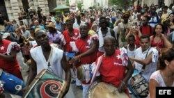 Decenas de personas participan en el Cabildo del Día de Reyes, en La Habana, Cuba.