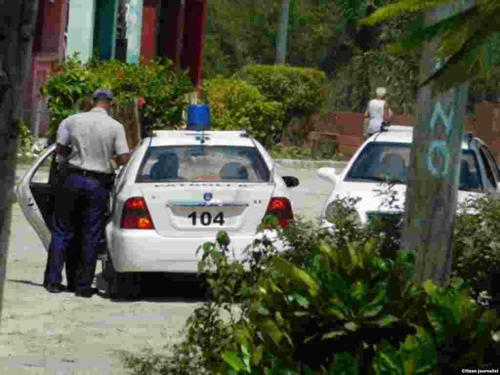 Vigilancia en los alrededores de la sede de las Damas de Blanco Foto Angel Moya