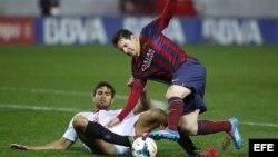 El delantero argentino del FC Barcelona Leo Messi lucha el balón con el argentino Federico Fazio, del Sevilla