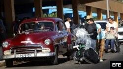 Un cubano procedente de Estados Unidos a su llegada a La Habana. Foto de archivo.